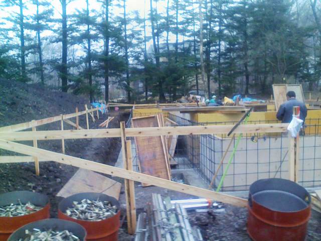 基礎工事進行中。